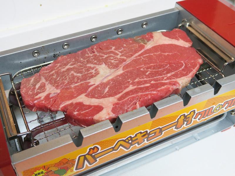 安いステーキ肉も網の上にドーン。薄く串には刺しにくそうだったので網で焼くことに