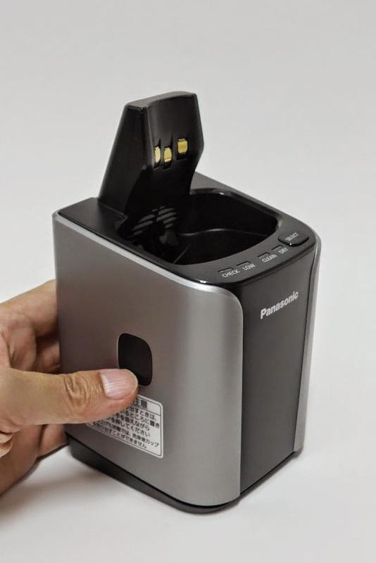 洗浄充電器の横にあるボタンを押すとバコッと洗浄器本体が上に持ち上がり、洗浄用の水を入れる容器が現れる