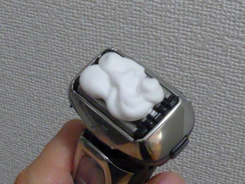 ハンドソープと適量の水を外刃の上にのせた後、メインスイッチを約2秒間長押しすると「音波洗浄モード」で洗浄開始