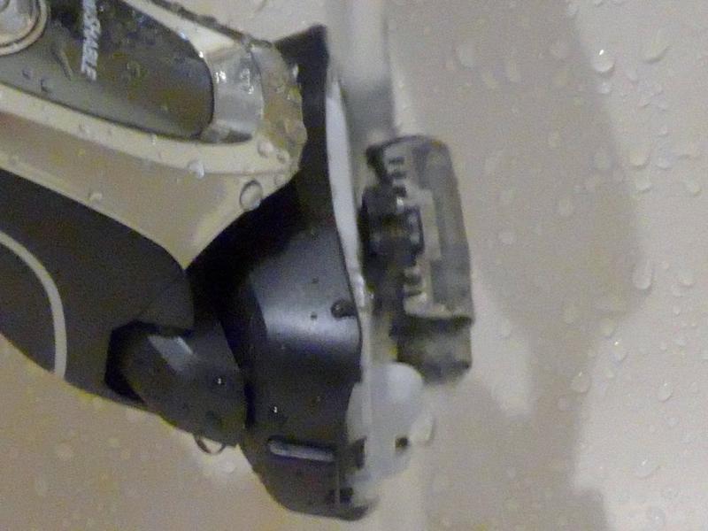 外刃を外して水道水でジャバジャバ洗う。この時も「音波洗浄モード」で振動させると残ったヒゲがよく落ちる