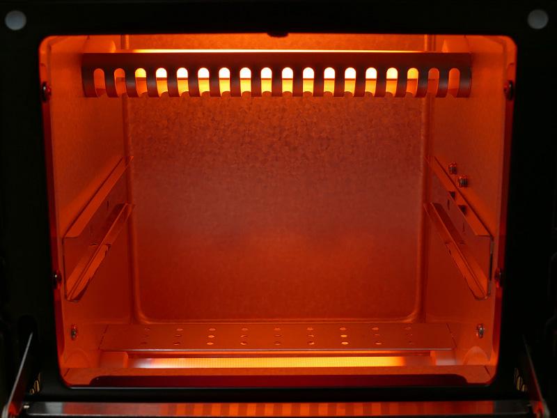 庫内の広さは、159×127×180mm(幅x高さx奥行)。合計600Wのヒーターが上下に据えられている