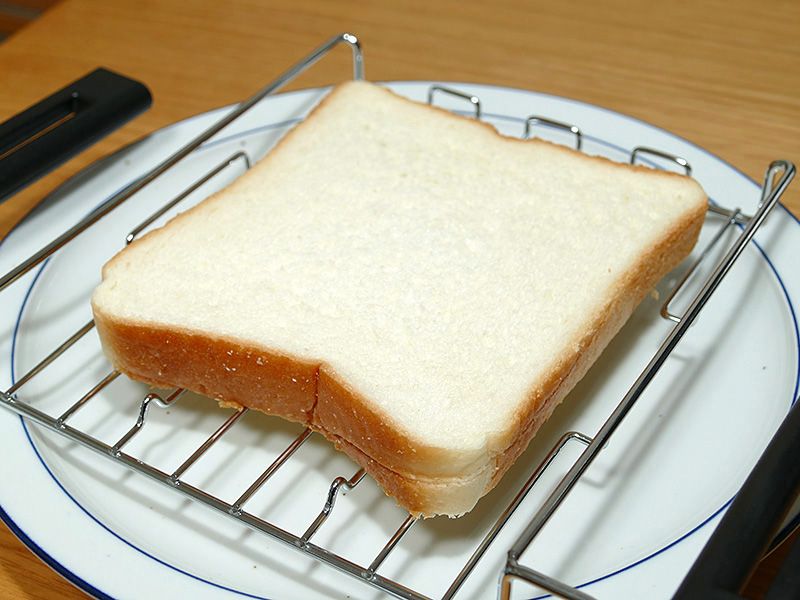 ラックの奥行きは16cm以上あるので食パンは余裕で入った。山型パンもOKだろう