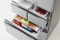 冷凍室は真ん中に2段備える