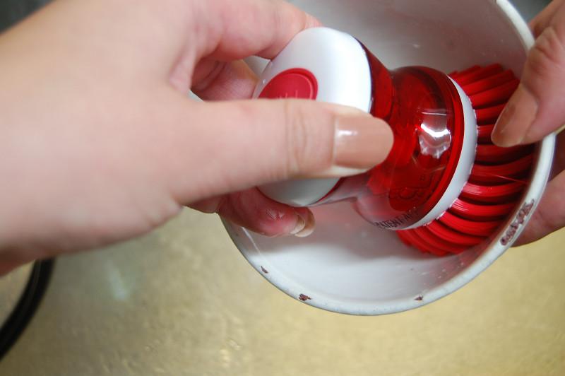 ご飯粒も少し水に浸けておけば、ブラシで軽く落とせる