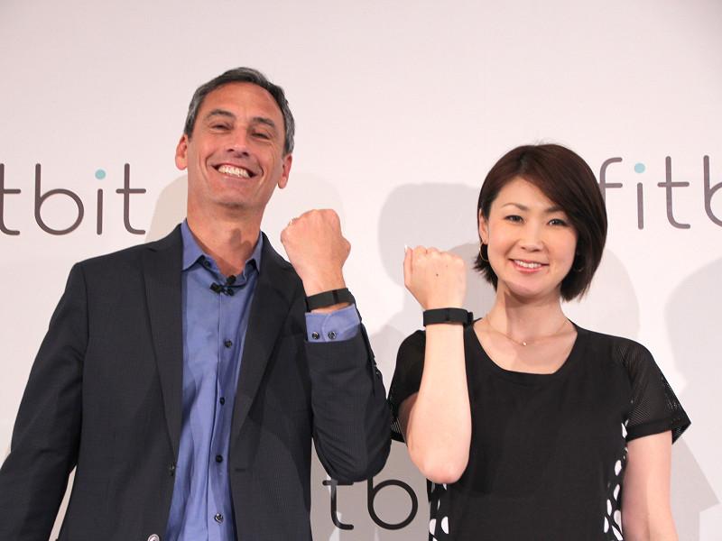 「Fitbit Charge HR」を付けた、ウッディ・スカル氏と古閑 美保氏