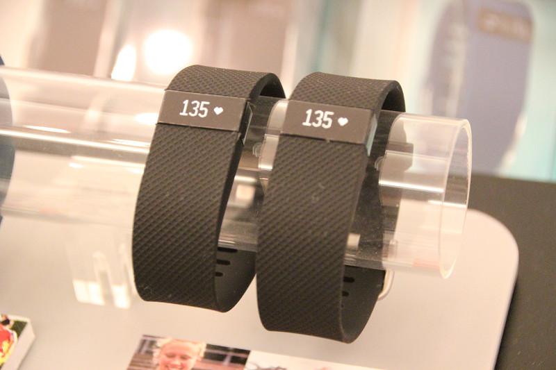 「Fitbit Charge HR」モック。本体では心拍数のほか時刻も表示する