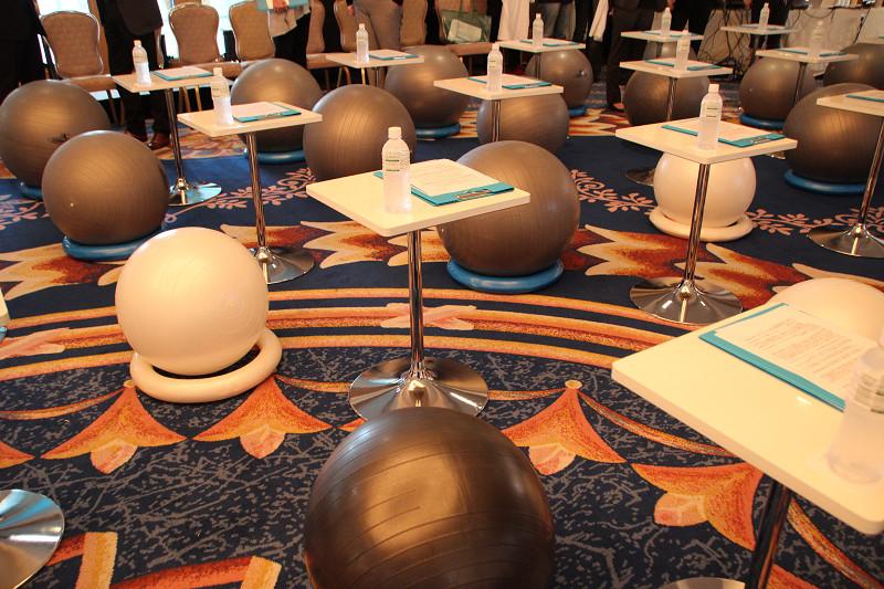 日常的な活動をフィットネスにと、会場の椅子はすべてバランスボールだった