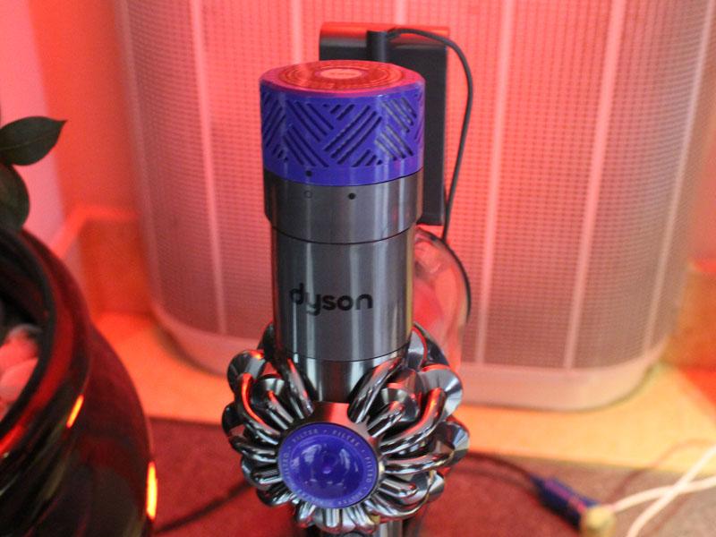 排気口に360°フィルターを搭載したスティッククリーナー