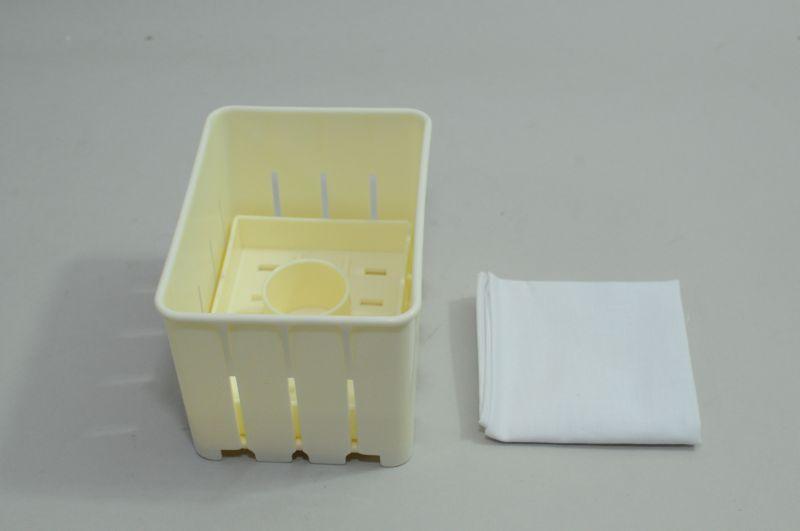 豆腐を作るための型と布も付属する