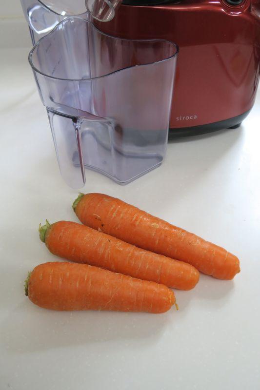 野菜ジュースで使用頻度の高いニンジンを用意。一口サイズにカットしておく。皮はむかなくてもOK