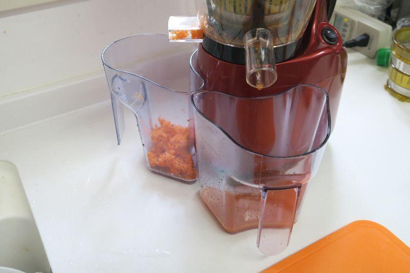 スイッチを入れると、ジュースと搾りカスに分かれて出てくる