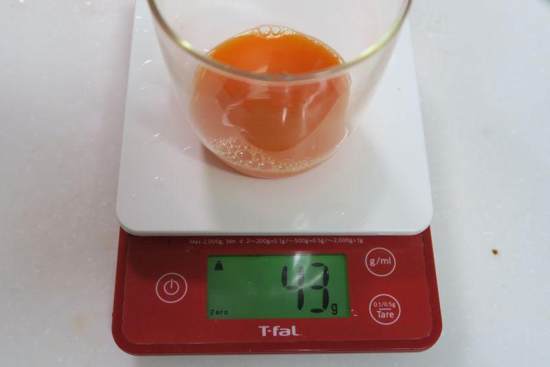 100gのニンジンを搾った場合の量。ジュースは43g、搾りカスが52gとなった。残りはドラム内に残ったと思われる