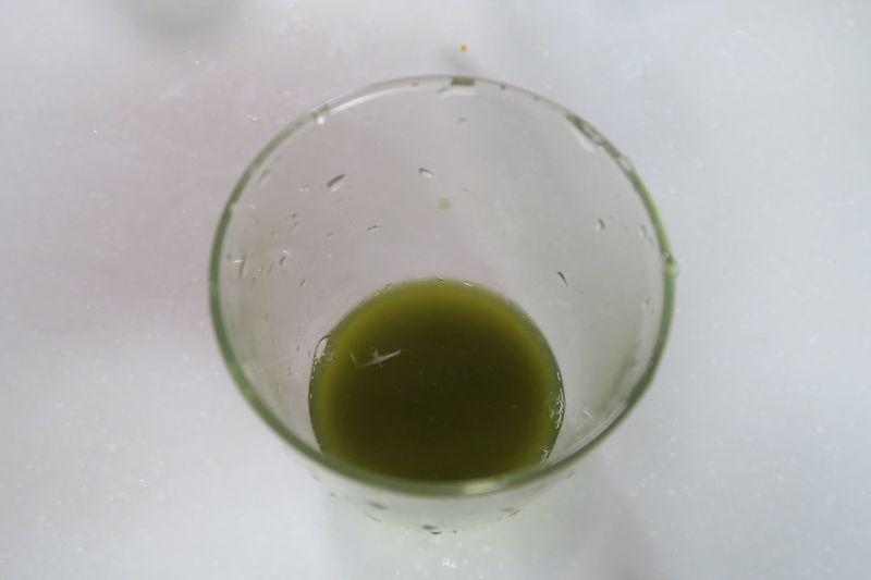 レシピを参考にレタスを搾ってみた。3〜4枚を投入することで、ジュースを搾れた。味は青臭い水、といった印象。レシピ通りグレープフルーツジュースと混ぜていただいた