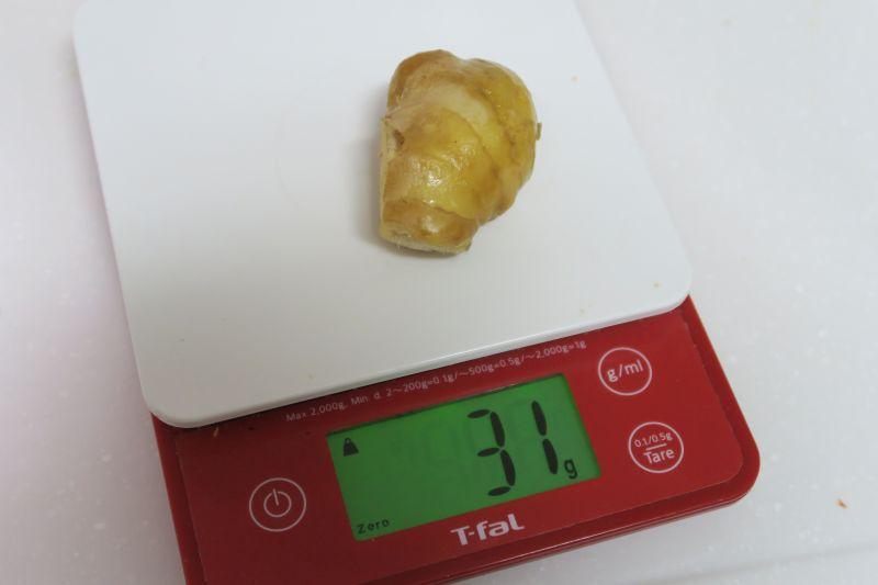約30gの生姜を用意。細かく刻んで投入すると約14gの生姜汁が搾り取れた