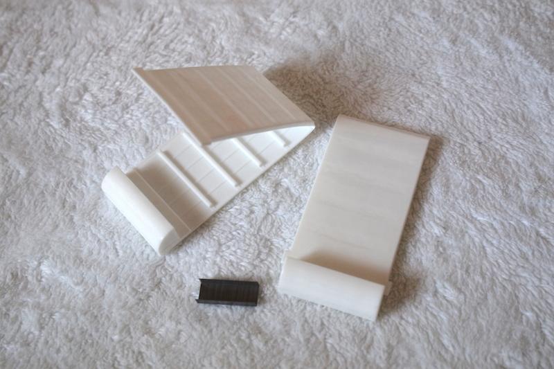 製品の同梱品は、補強具1対とホッチキスの針(50本)