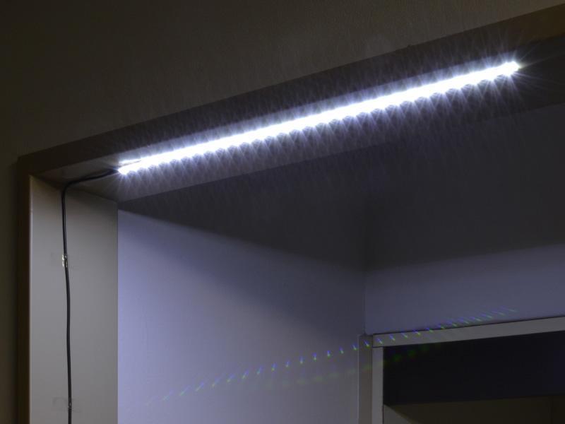 LEDテープの裏面には両面テープが貼り付けてあり、天井などにも簡単に貼り付けられる