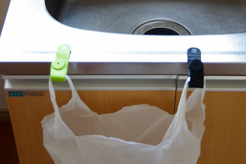 シンクにくっつけて、生ごみを捨てる袋を掛けてみる