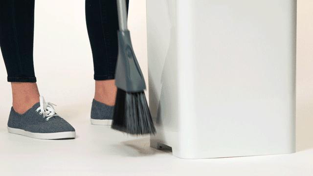 ゴミを本体近くまで掃いていくと、バキュームで吸い取られていく