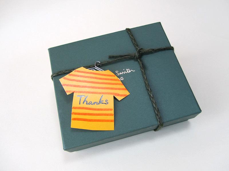 せっかくのハンガーなんだもの! Tシャツ形に切り抜いたペーパーにボーダー柄と伝えたいひと言を書いて、プレゼントに添えてみたら?