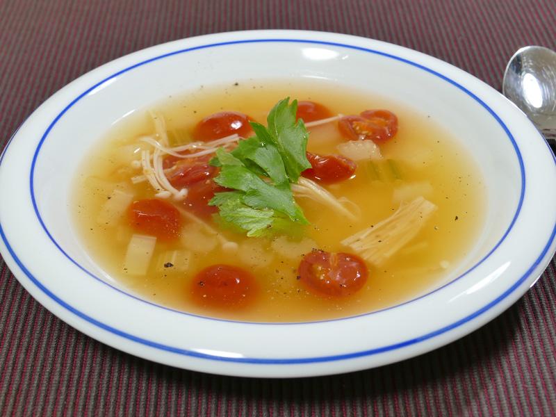 完成した「セロリとトマトのジンジャースープ」。スパイシーな生姜のスープが食欲を刺激する