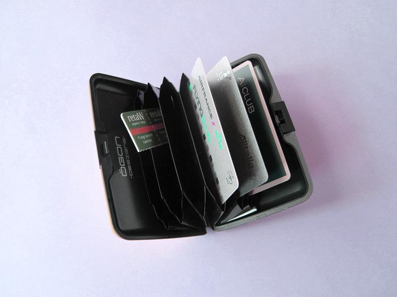 カードケースにもカードと一緒に。硬質なイメージのケースが少しソフトな空気に包まれるよう