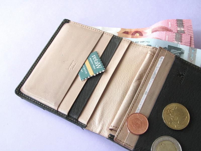 日常生活の中で、財布を使う頻度はかなりのもの。そのたびに淡く香ったら、気分もいいはず。こんなところからいい香り? という意外性も新鮮