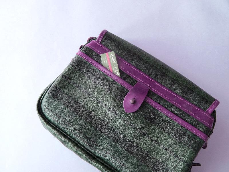 バッグの後ろポケットにちょこっと入れて。しまっておく間もそのままにすれば、使うときに香りも一緒に連れていける!