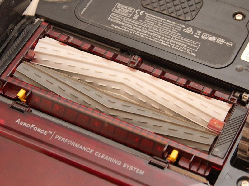 ルンバ800シリーズの吸い込み口。毛が絡まりにくいブラシを採用しており、メンテナンスの手間を軽減させている