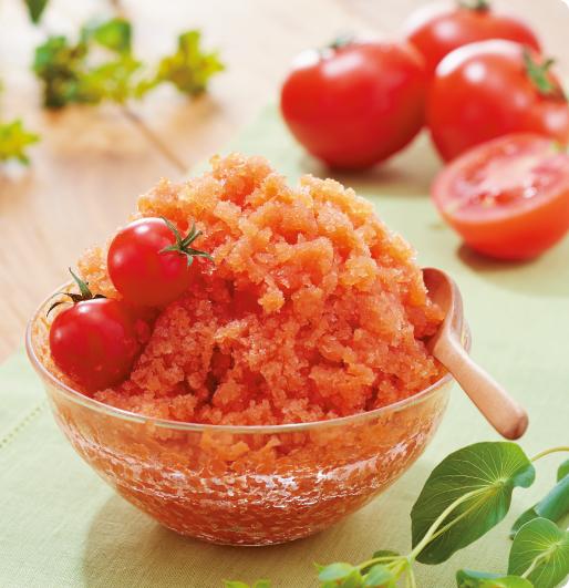 トマトのベジ氷。トマトシュースなどを製氷器に入れて冷凍。かき氷ドラムでかき氷にした例