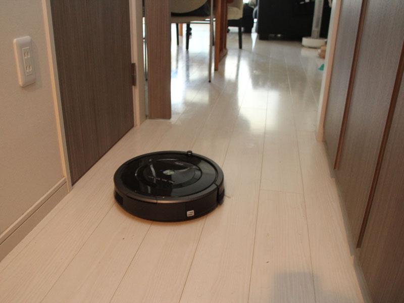現在のロボット掃除機は、動かす前に床のものをどける必要がある