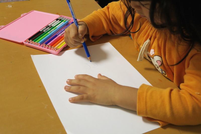 まずは色鉛筆の書き心地をチェック。続いて消す方法も教えた
