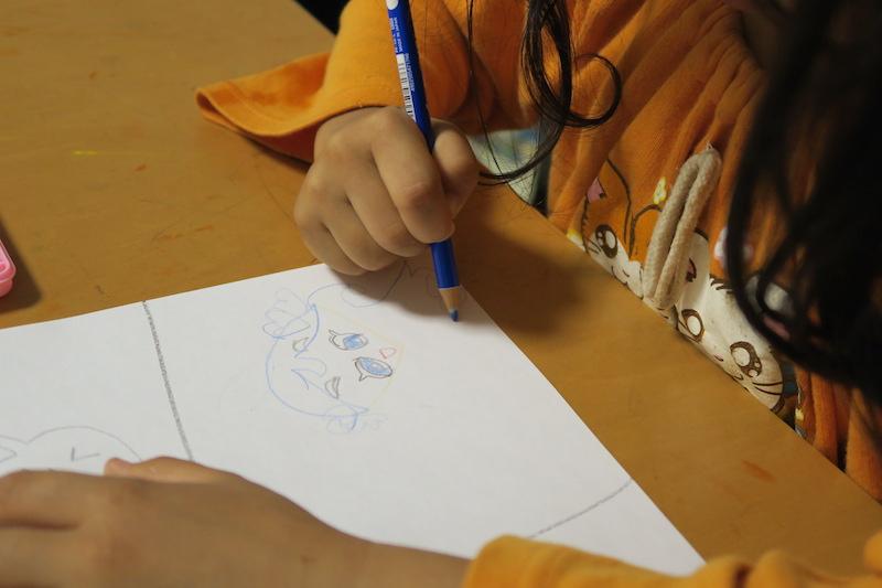 夢中でお絵かき。気に入らない部分があると鉛筆を逆に持って、消すことを覚えた
