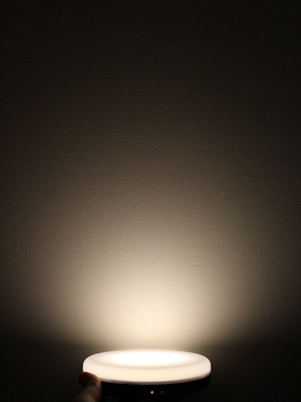 灯りはほんのりと明るい程度で、25cm先くらいまでしか明るくならない