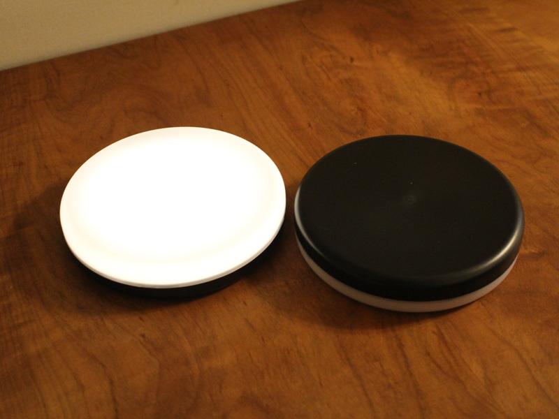 白い面を上にするとライトが光る、黒い面を上にすると消えるという仕組み