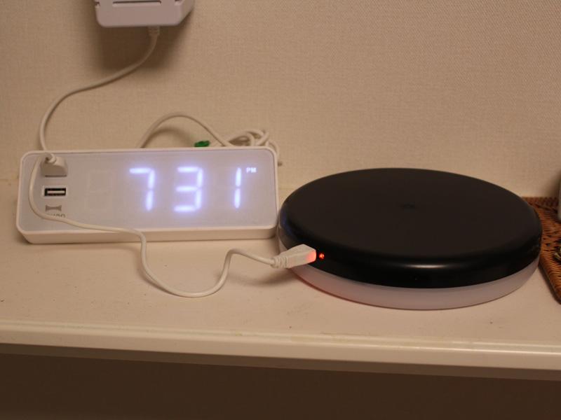 充電はUSBケーブルで行なう。充電時間は約3~4時間