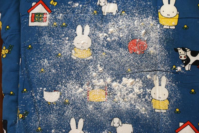 布団に小麦粉を撒いて実験