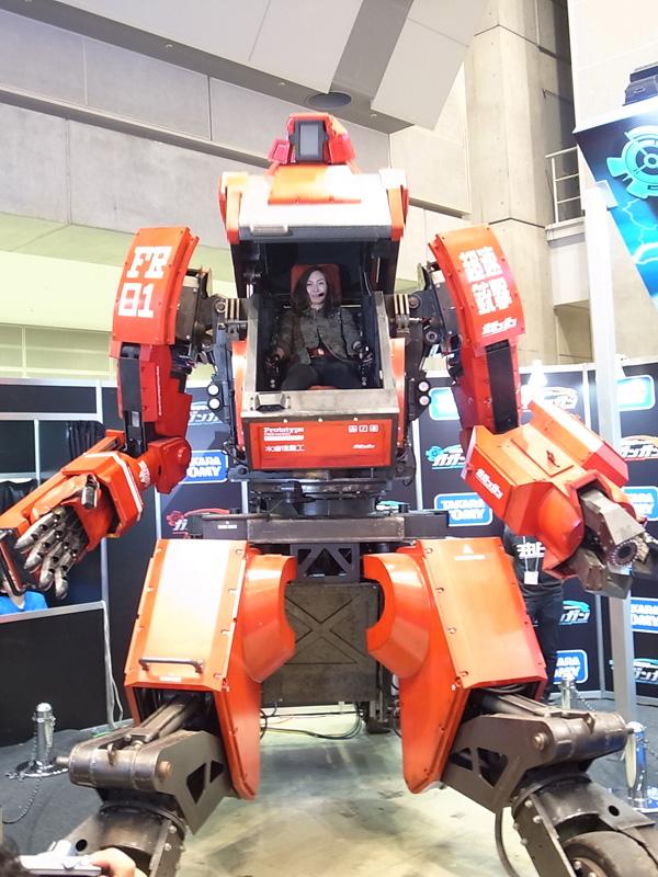 水道橋重工が開発する人が搭乗して操縦できる全長約4m、価格1億2,000万円の巨大人型ロボット「クラタス」