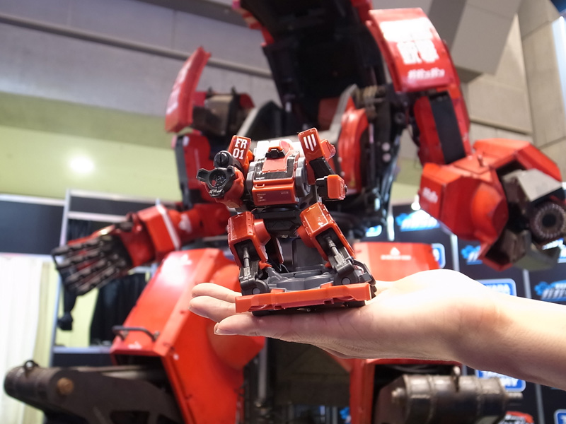 赤外線コントローラーで走行&銃撃バトルが楽しめるロボットホビー「ガガンガン」