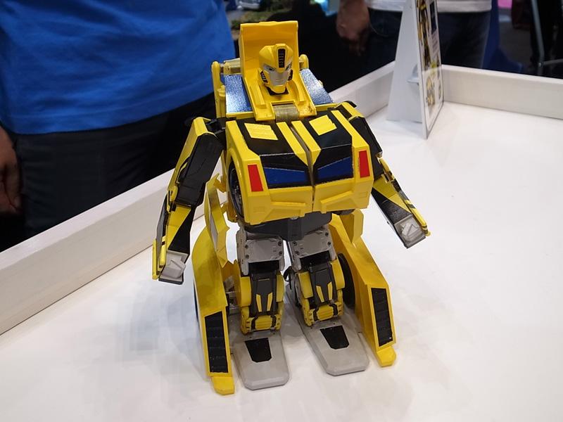 車からロボットへ自在に変身する「バンブルビーツーオー」