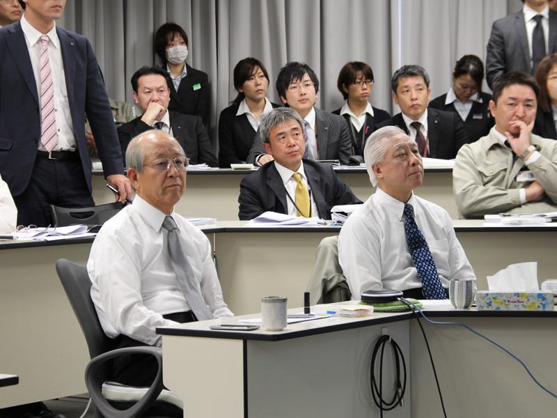 大山会長(左)と、弟の大山専務(右)が中央に座る