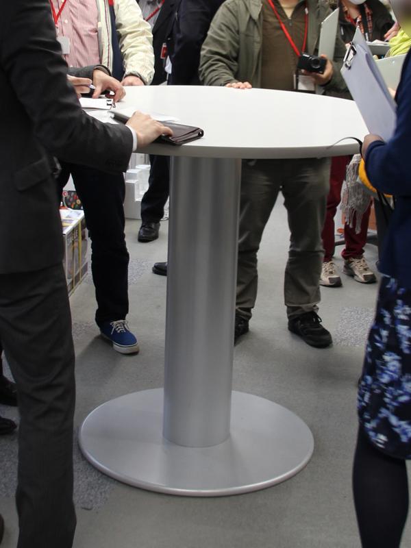 スタンディング会議用のテーブル