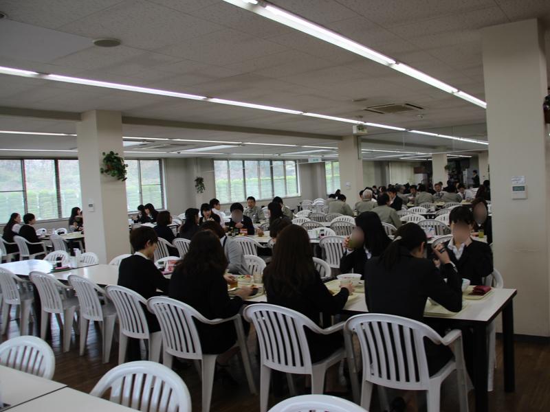 写真は、社員食堂の様子。360°評価が影響しているのか、みなさんキチっとスーツを着込み、挨拶なども徹底していた