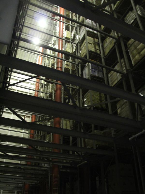 在庫をシステマティックに管理する巨大な自動倉庫