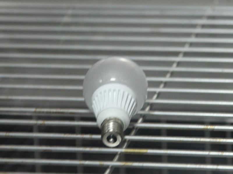 電球の環境対応チェックは、温度、湿度を変えて様々なパターンで行なっていた