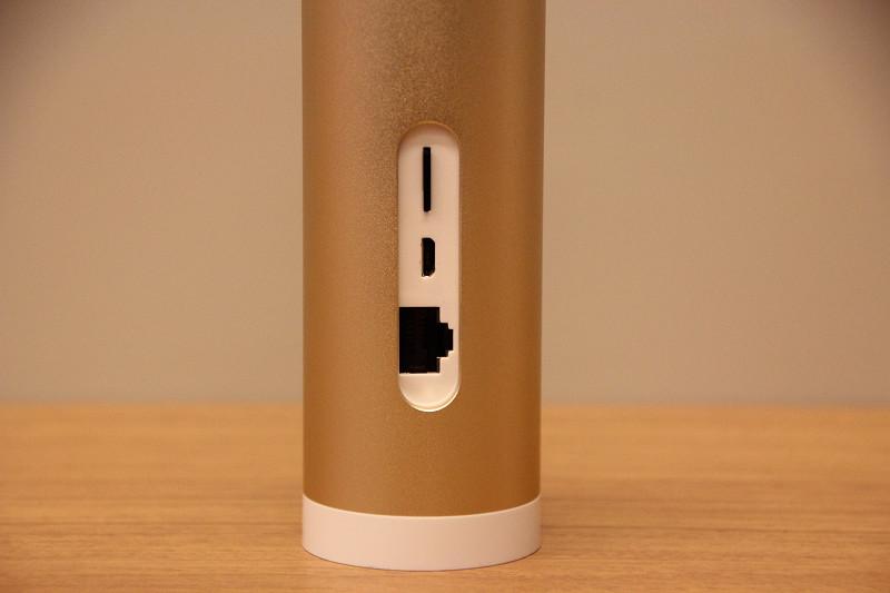 本体背面に、Micro SDカード、ACアダプター、有線LANの差込口を備える