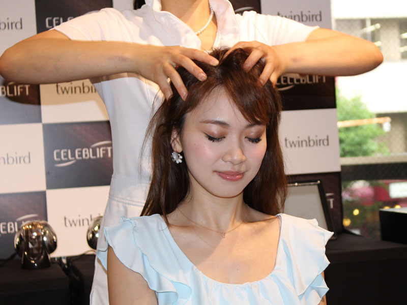 山本先生によるヘッドスパのデモンストレーションが行なわれた。頭を触るだけで、心配事を抱え込むタイプ、など性格も言い当てていた