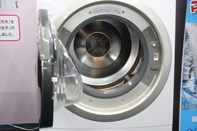 小さな水滴を勢いよく吹き付ける「マイクロ高圧洗浄」