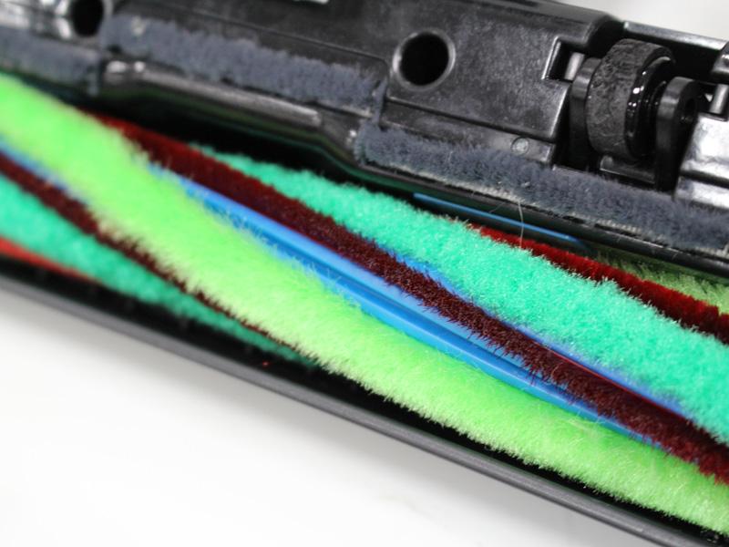 フローリングの粉ゴミも拭き取る新素材のブラシ毛を採用する
