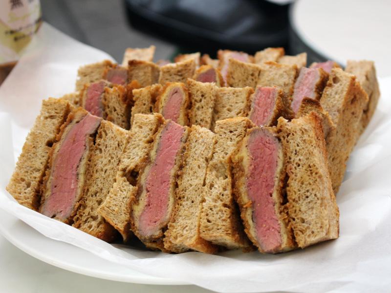 低糖質のパンにビーフカツをはさんだ「スペシャルカツサンド」