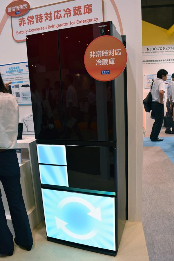 今回、参考出品された「蓄電池連携非常時対応冷蔵庫」。太陽光発電と組み合わせて使うことが前提の製品